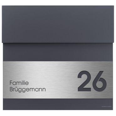 Letterman 4 anthrazit-grau RAL 7016 mit V4A-Edelstahl-Schild Gravur Hausnummer und Namen Design-Briefkasten von Radius Design