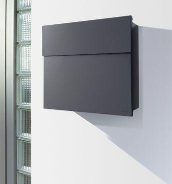 Letterman 4 anthrazit-grau RAL 7016 mit V4A-Edelstahl-Schild Gravur Hausnummer und Namen Design-Briefkasten von Radius Design – Bild 7